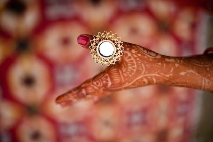 Aarsi is a thumb ring that features a small mirror that enhances the look of the bride's hands.