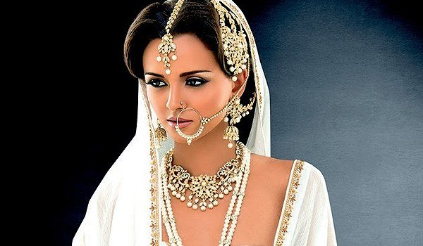 The Makeup Of An Indian Bride Is Considered To Be Incomplete Without Her Solah Shringar Which Consists All Jewelry Pieces Essential